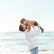 Padre sostiene a un niño en brazos
