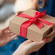 Chica joven con un regalo