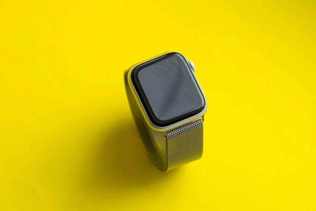 Reloj inteligente de cerca sobre papel