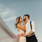 Retrato de pareja mirando el uno al otro de cielo azul.