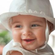 Retrato de un niño algunos meses en el día de su bautismo