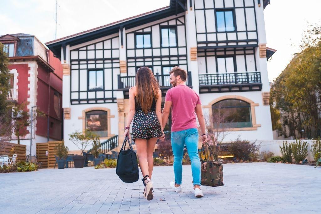 Una pareja caucásica que llega al hotel para sus románticas vacaciones. estilo de vida de verano