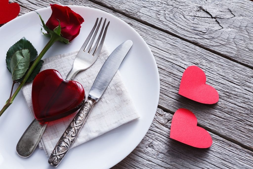 mesa decorativa de san valentin con corazones y rosa