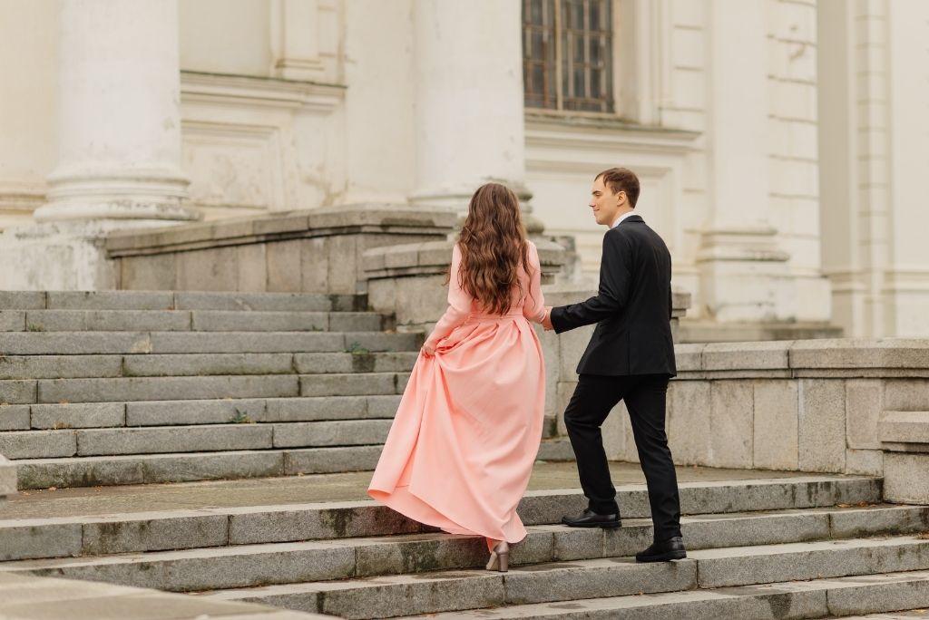 pareja de enamorados subiendo las escaleras de un castillo