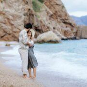 pareja en la playa abrazados en un momento romántico