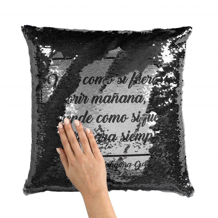 Cojín personalizado con frase de lentejuelas negro con mano, no sombras