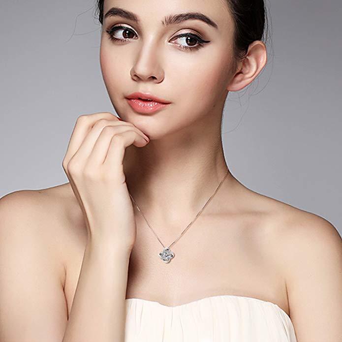 Mujer modelo con colgante de plata de ley para mujer